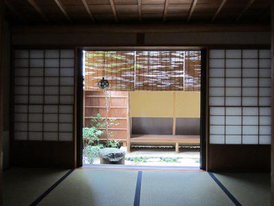 画像:室内から腰かけのある庭を見る